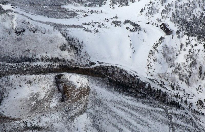 草津白根山:本白根山の火口底に積雪…取材ヘリから[写真特集3 ...