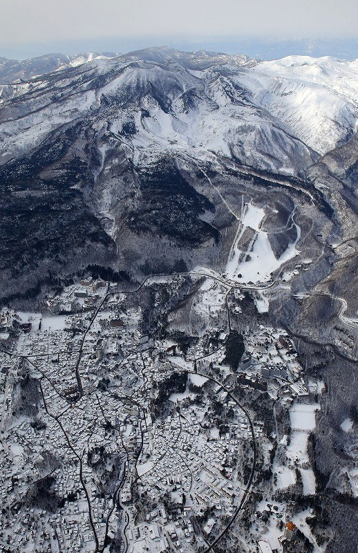 草津白根山 本白根山の火口底に積雪 取材ヘリから 写真特集5 6