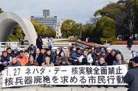 核兵器廃絶を求めて座り込みをする市民ら=広島市中区で、竹下理子撮影
