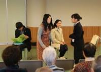 犯人や被害者などに扮して寸劇を披露する横浜緑園高演劇部の生徒たち=横浜市泉区で