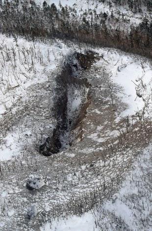 草津白根山噴火:大きな亀裂 火口に積雪 - 毎日新聞