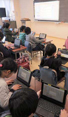 ローマ字入力も学習の一つ。今日の授業のふり返りを書き込んでゆく=東京都渋谷区の代々木山谷小で、森忠彦撮影
