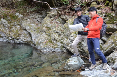 Kosuke Suematsu, right, and Hiroshi Hiraga survey the Shiumi valley in Okawa, Kochi Prefecture, on Dec. 5, 2017. (Mainichi)