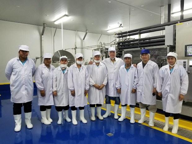 タイ工場のメンバーと本間代表(右から4人目)