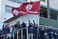 静高のセンバツ出場が決まり歓声を上げる父母ら=静岡市葵区の静岡高校で