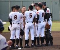 ピンチを迎え、マウンド上に集まった日大山形の選手たち=福島市の県営あづま球場で2017年10月17日、三瓶杜萌撮影