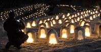 沢口河川敷に整然と並んだミニかまくら=日光市の湯西川温泉で