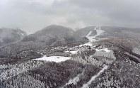 噴火警戒レベル2に上げられた蔵王山。奥方向が山頂付近=山形市で2018年1月30日午後5時2分、本社ヘリから藤井達也撮影