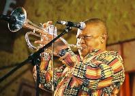 ヒュー・マセケラさん=南アフリカ・ソウェトで2001年