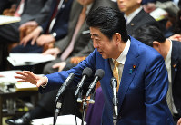 Prime Minister Shinzo Abe responds to a question from opposition lawmaker Kazuhiro Haraguchi during a meeting of the House of Representatives Budget Committee on Jan. 30, 2018. (Mainichi)
