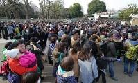 ジャイアントパンダのシャンシャンを見るため上野動物園の前に列を作る大勢の人たち=東京都台東区で2018年2月1日午前9時23分、長谷川直亮撮影