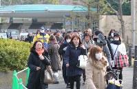 ジャイアントパンダのシャンシャンを見るため、整理券を求める人たち=東京都台東区の上野動物園で2018年2月1日午前9時半、長谷川直亮撮影