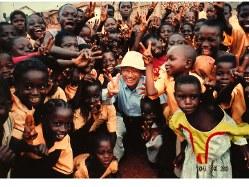 2004年にアフリカのオンコセルカ症流行地帯を視察し、現地の人たちと交流するノーベル医学生理学賞(15年)受賞者の大村智さん。NTDのオンコセルカ症やリンパ系フィラリアの治療薬イベルメクチンの開発に貢献したことが受賞理由=大村智さん提供