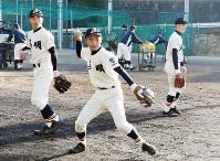 センバツ出場決定後、練習に励む英明の選手たち=高松市国分寺町新名の同校グラウンドで、潟見雄大撮影