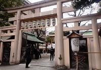 坐摩神社の鳥居は、三つの鳥居を組み合わせた独特の形をしている=大阪市中央区久太郎町4渡辺で、松井宏員撮影