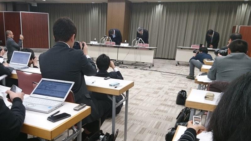 会見冒頭、データ改ざん問題で頭を下げる神戸製鋼の河原一明常務執行役員ら=2018年2月1日今沢真撮影