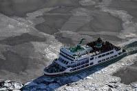 流氷観光船・オーロラ号=北海道・オホーツク海沖で2018年2月2日、本社機「希望」から宮本明登撮影