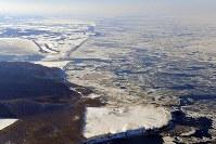 接岸した流氷。手前能取岬。後方は網走方面=北海道・オホーツク海沖で2018年2月2日、本社機「希望」から宮本明登撮影