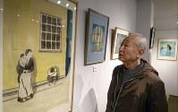 平沢貞通元死刑囚の獄中画を見つめる山際永三さん=台東区谷中2の「ギャラリー・てん」で