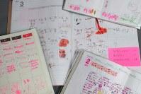 小学生たちの「子ども手帳」日々やるべきことを記入し、できたら赤ペンで消すだけだ=和田大典撮影
