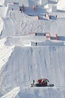 開幕を前にコース整備が続くスノーボードの会場=韓国・平昌で2018年1月29日、佐々木順一撮影