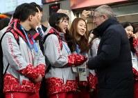 珍富駅でIOCのトーマス・バッハ会長を出迎えたボランティアの林さん(中央左)。「五輪に参加するのは特別だから」と語る=韓国・平昌で2018年1月30日、佐々木順一撮影