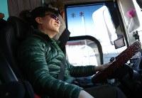 五輪で使われるメディアバスの運転手として済州島から来た金さん=韓国・江陵で2018年1月27日、佐々木順一撮影