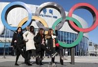 高速鉄道KTXの江陵駅前に設置された五輪マークの前で記念撮影する女性たち=韓国・江陵で2018年1月27日、佐々木順一撮影