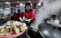 1950年から続く「クァンドク食堂」の3代目、閔畯泓(ミン・ジュンホン)さん。「高速鉄道KTX効果で来店客が増えた」と笑う=韓国・江陵で2018年1月28日、佐々木順一撮影