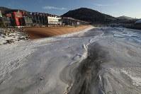 平昌五輪スタジアム近くの松川(ソンチョン)は寒さで凍っていた。街の人たちは「ことしはとても寒い」と口をそろえる=韓国・平昌で2018年1月27日、佐々木順一撮影