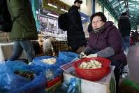 中央市場で約30年野菜を販売している全(チョン)インソンさん(68)。「中央市場に来る外国人が増え、五輪の雰囲気を感じている」と話す=韓国・江陵で2018年1月28日、佐々木順一撮影