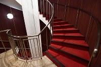 大阪・北新地の田園ビルのらせん階段=大阪市北区で、川平愛撮影