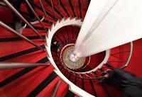 真っ赤なじゅうたんの豪華な田園ビルのらせん階段=大阪市北区で、川平愛撮影