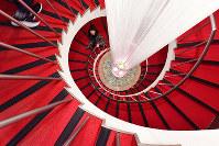 美しい曲線を描く、田園ビルのらせん階段=大阪市北区で、川平愛撮影