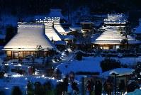 ライトアップされたかやぶきの里=京都府南丹市美山町で2018年1月28日午後5時50分、猪飼健史撮影