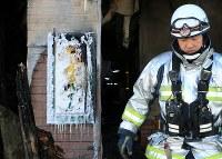焼け焦げた自立支援住宅「そしあるハイム」の看板=札幌市東区で2018年2月2日午前8時53分、梅村直承撮影