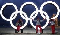 平昌五輪開幕まで1週間となり、五輪マークが設置された砂浜を訪れ、記念撮影する人たち=韓国・江陵で2018年2月2日午後6時11分、佐々木順一撮影