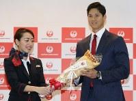 成田空港であった出発式でクレープを贈呈される大谷翔平選手=千葉県成田市で2018年2月1日、太田康男撮影