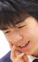 中学生として初めて五段に昇段し、笑顔で感想戦に臨む藤井聡太五段=東京都渋谷区の将棋会館で2018年2月1日午後11時37分、渡部直樹撮影