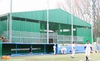 2017年9月に完成した室内練習場。入札の書類作成もマネジャーが担当した=東京都文京区の東大球場で、岡本同世撮影