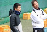 浜田一志監督(右)と話す東大野球部主務(チーフマネジャー)の中川駿さん。選手からマネジャーになった当初は「野球がやりたくて入ったのに」という思いを抱いたことも。経験を積むにつれ「チームを俯瞰できるようになりました。六大学野球連盟との繋がりを通じて、グラウンドの外のことも分かるし、直接やりとりもできる。チームを超えた連盟への帰属意識もあります」。得たものは大きい=東京都文京区の東大球場で、岡本同世撮影