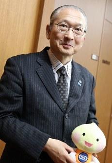 東大野球部在籍時代には主務を務めていた連合会長の神津里季生さん。「草野球でも見ていて飽きないくらい野球が好き」=東京都千代田区の連合会館で、岡本同世撮影