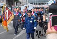 優勝旗を手に、大阪府枚方市内をパレードする東海大仰星高校ラグビー部の選手ら=藤顕一郎撮影