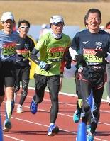 第67回別府大分毎日マラソン大会でフィニッシュへ向かう山中伸弥教授(中央)=大分市営陸上競技場で2018年2月4日、森園道子撮影