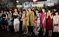 キングコング西野さんとリベンジ成人式に参加した新成人ら=横浜市中区で、2018年2月4日午後5時11分、国本愛撮影