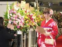 母親に晴れ姿を見せる新成人=横浜市中区で、2018年2月4日午後0時29分、国本愛撮影