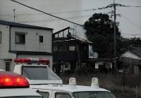 ヘリの墜落が原因と見られる火災で煙を上げて燃える民家=佐賀県神埼市で2018年2月5日午後5時49分、石井尚撮影