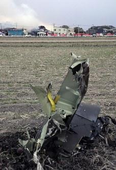 墜落したヘリコプターの部品とみられる破片が周囲の水田に散らばっていた=佐賀県神埼市で2018年2月5日午後5時41分、石井尚撮影