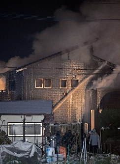 自衛隊ヘリが墜落し白煙を上げる住宅=佐賀県神埼市で2018年2月5日午後6時43分、矢頭智剛撮影