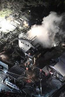 住宅に陸自ヘリが墜落した現場付近=佐賀県神埼市で2018年2月5日午後7時58分、本社ヘリから上入来尚撮影